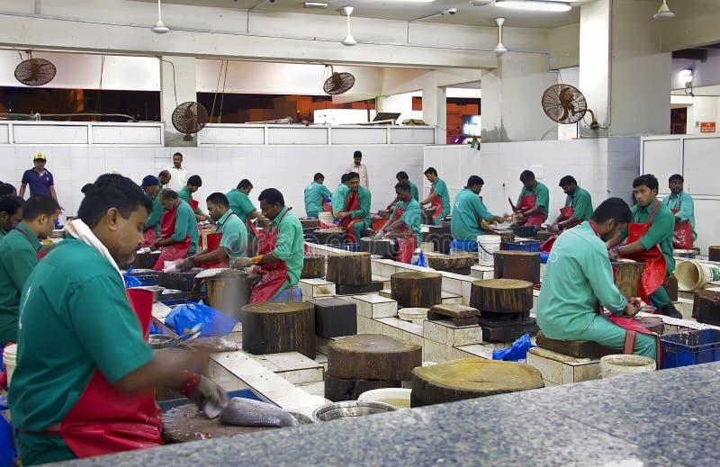 Rybi handlowiec patroszyje rybiego rynek blisko rybiego rynku, Ajman, obraz stock