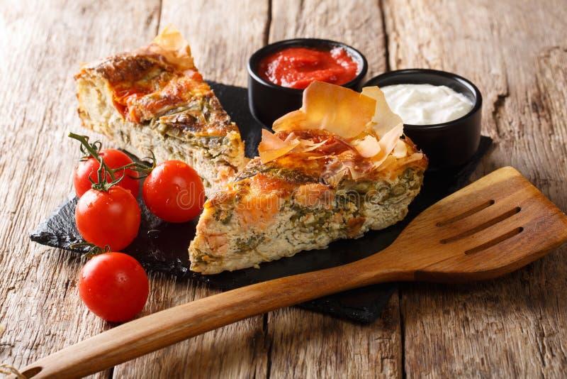 Rybi kulebiak z pomidorami, serem i ziele w g zdjęcie royalty free