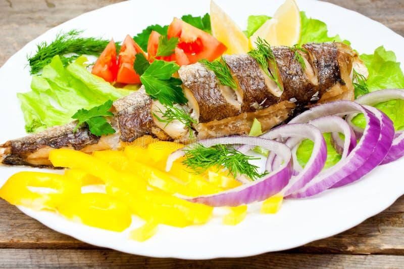 Rybi morszczuk piec z warzywami obrazy stock