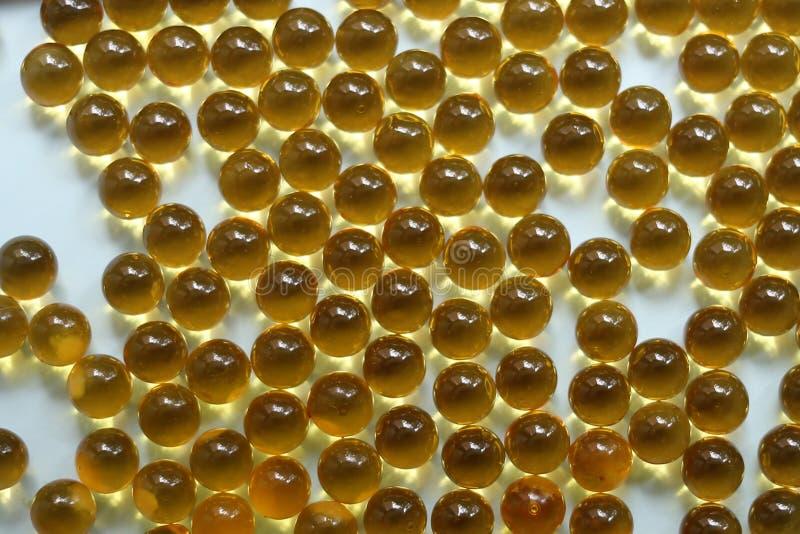 Rybi olej, dorsz wątróbki oleju omega 3 gel kapsuły na błękitnym tle obraz royalty free
