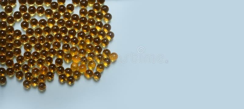 Rybi olej, dorsz wątróbki oleju omega 3 gel kapsuły na błękitnym tle zdjęcie stock
