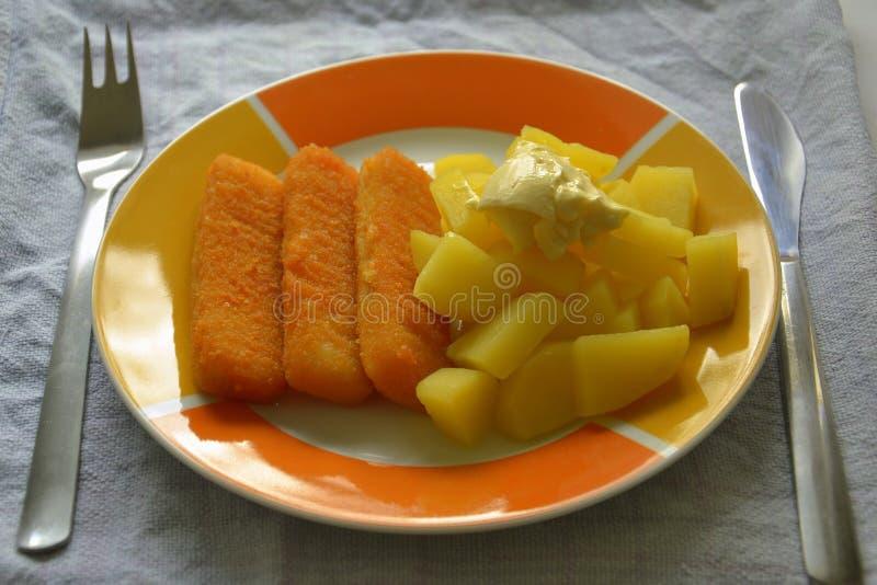 Rybi palce i grule z majonezem zdjęcia stock