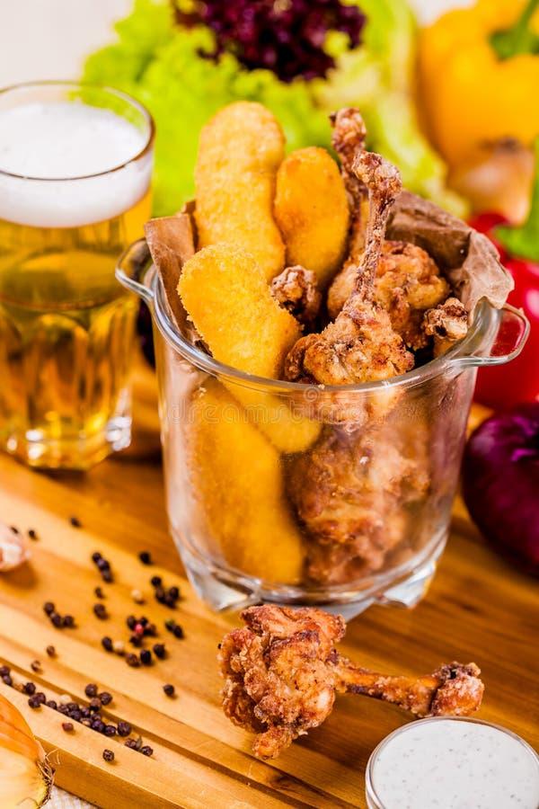 Rybi palce i pieczony kurczak w szklanym pucharze obraz royalty free