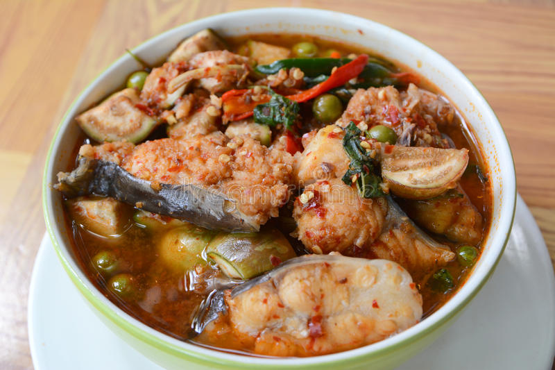 Rybi polędwicowy w wysuszonym czerwonym currym fotografia stock