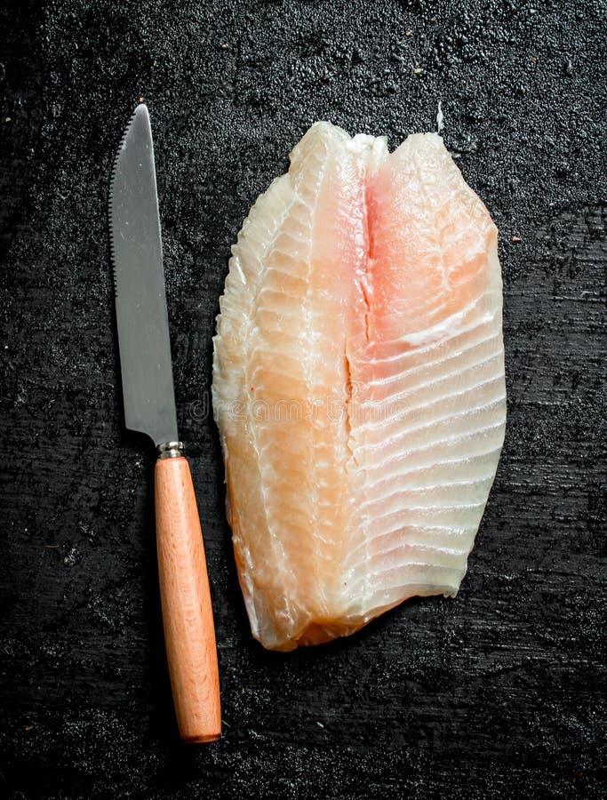 Rybi przepasuje z no?em zdjęcia royalty free