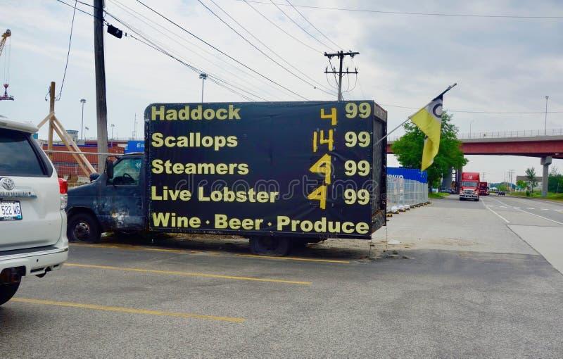 Rybia ciężarówka z cenami reklamować na swój stronie fotografia royalty free