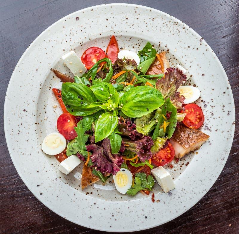 Rybia sałatka - piec na grillu warzywa i zdjęcie stock