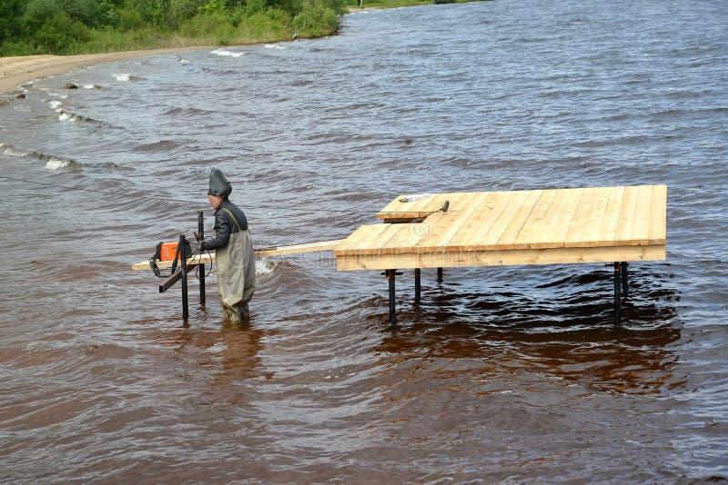 Rybinsk, Rússia O trabalhador-soldador funciona na construção da amarração no reservatório de Rybinsk Região de Yaroslavl fotos de stock