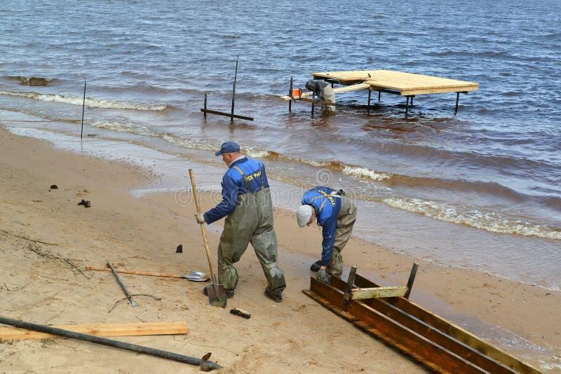 Rybinsk, Rússia Os trabalhadores preparam projetos na construção de um cais no reservatório de Rybinsk Região de Yaroslavl imagens de stock royalty free