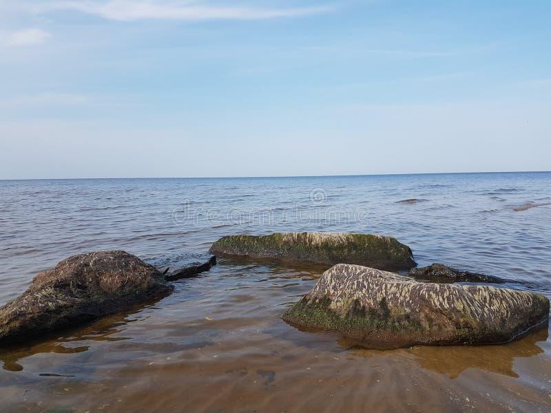 Rybinsk rezerwuaru brzeg z łodzią na brzeg i rybakiem od plecy, Yaroslavl region, Rosja obrazy royalty free