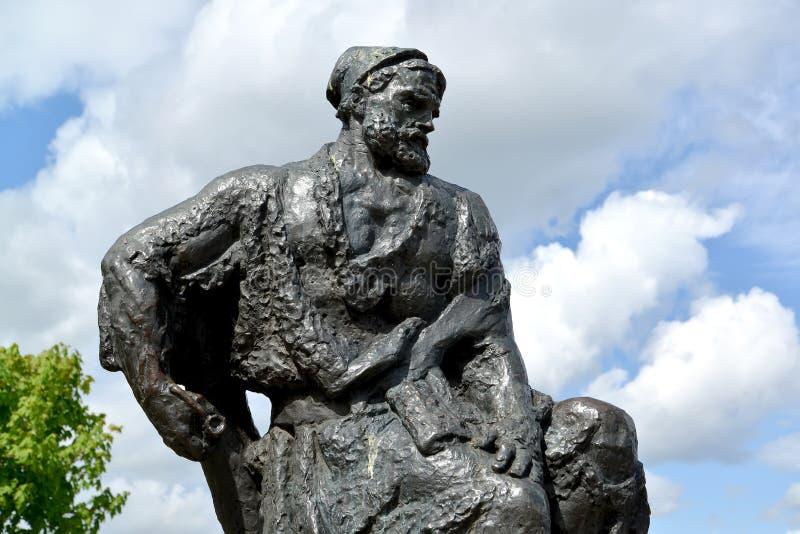 Rybinsk, Rusia Un fragmento de un monumento al transportista de la gabarra contra la perspectiva del cielo fotografía de archivo libre de regalías