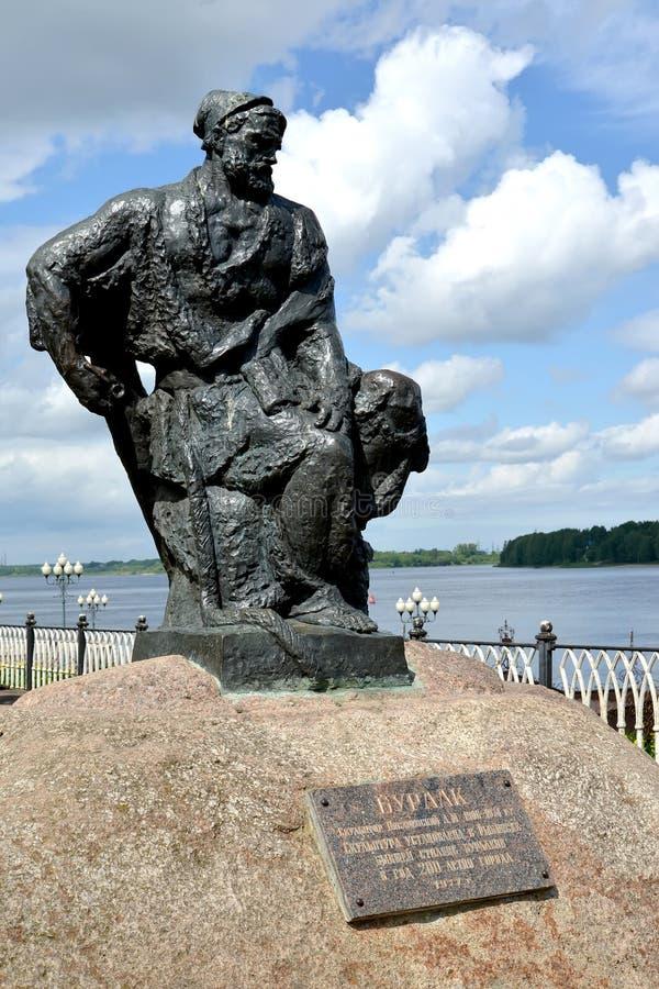 Rybinsk, Rusland Een beeldhouwwerk van de aakvervoerder op Volzhskaya-Dijk stock foto