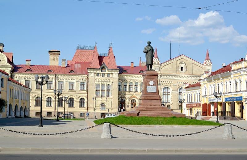 Rybinsk, Rusland Een mening van Rood Vierkant met een monument aan V I Lenin tegen de achtergrond van het museumgebouw Yaroslavl  royalty-vrije stock foto's