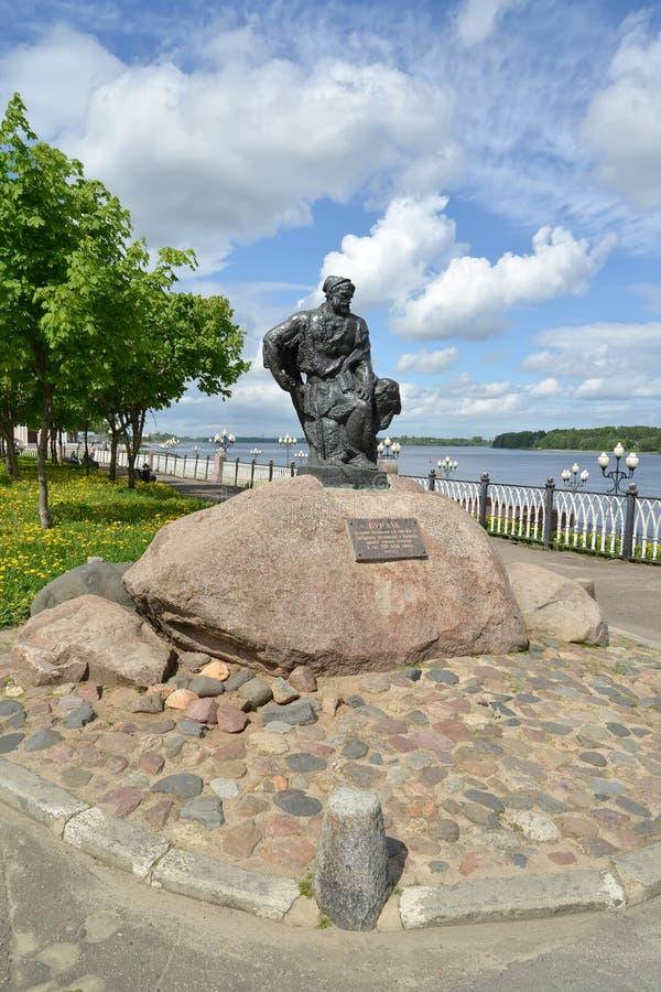 Rybinsk, Rusland Een monument aan de aakvervoerder in zonnige dag Volzhskayadijk stock fotografie