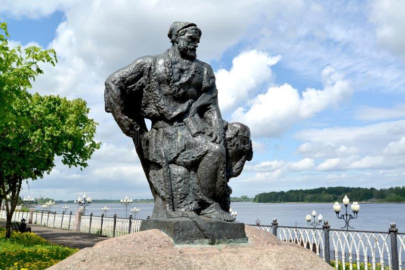 Rybinsk, Rusland Een standbeeld van de aakvervoerder op Volzhskaya-Dijk royalty-vrije stock foto's