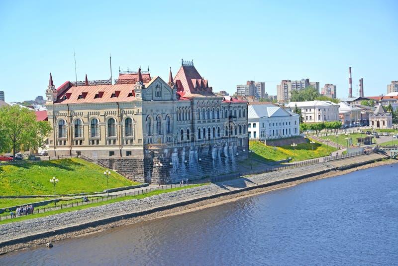 Rybinsk, Rusland Weergeven van Volzhskaya-Dijk in de de zomermiddag Yaroslavlgebied royalty-vrije stock fotografie