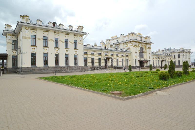 Rybinsk, Russland Ansicht von Vokzalnaya-Quadrat und Errichten des Bahnhofs Der russische Text - Rybinsk lizenzfreies stockbild