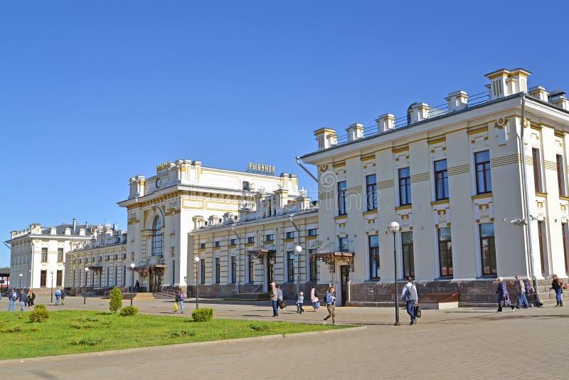 Rybinsk, Russland Das Gebäude des Bahnhofs an Privokzalnaya-Quadrat Der russische Text - Rybinsk lizenzfreie stockbilder