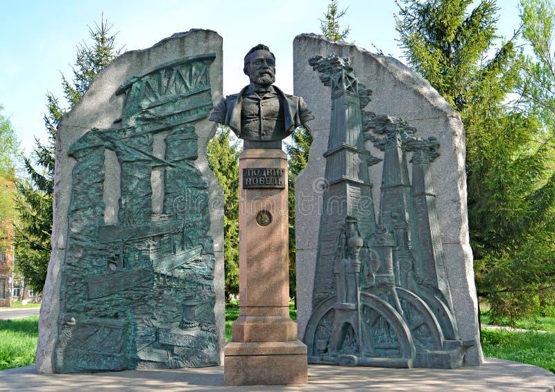 Rybinsk, Russland Ein Monument zum Industriellen Ludwig Nobel am sonnigen Tag Der russische Text - Ludwig Nobel lizenzfreies stockbild