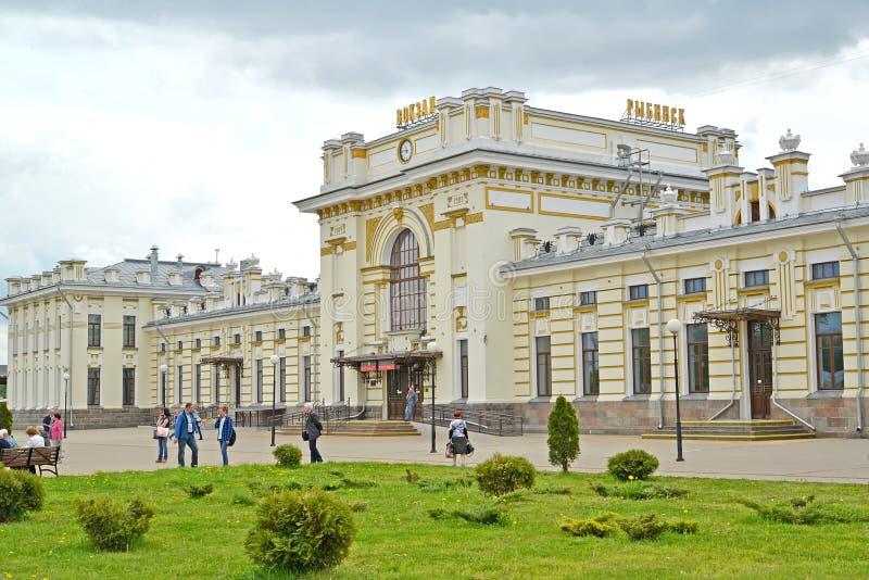 Rybinsk, Russland Fragment des Gebäudes des Bahnhofs Der russische Text - Rybinsk, Station lizenzfreies stockfoto