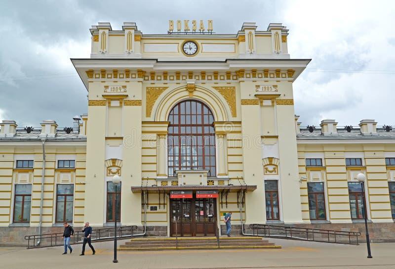 Rybinsk, Russland Zentrales Teil des Gebäudes des Bahnhofs Der russische Text - die Station lizenzfreie stockfotos