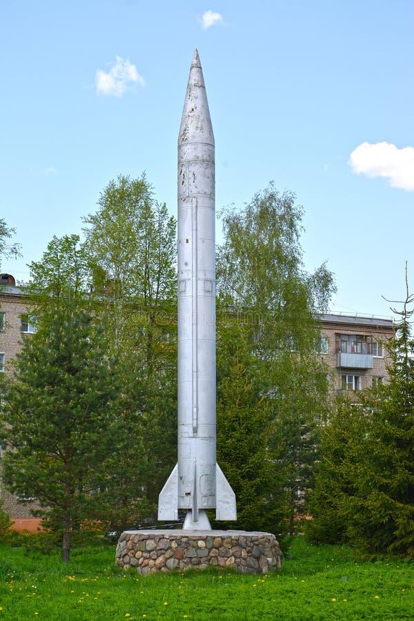 Rybinsk Ryssland Den fungerande och taktiska Elbbrus raket 8K14 på en sockel Yaroslavl region arkivbild