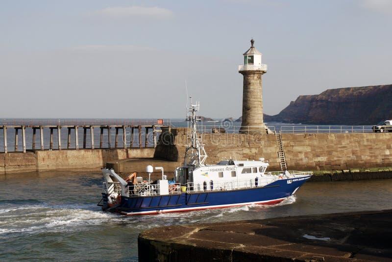 Rybołówstwo łódź patrolowa wchodzić do Whitby schronienie obrazy royalty free