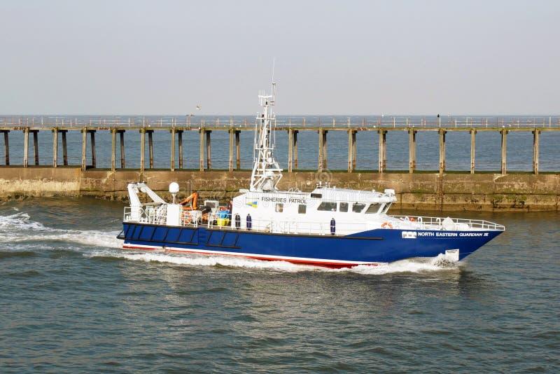 Rybołówstwo łódź patrolowa wchodzić do Whitby schronienie zdjęcie stock