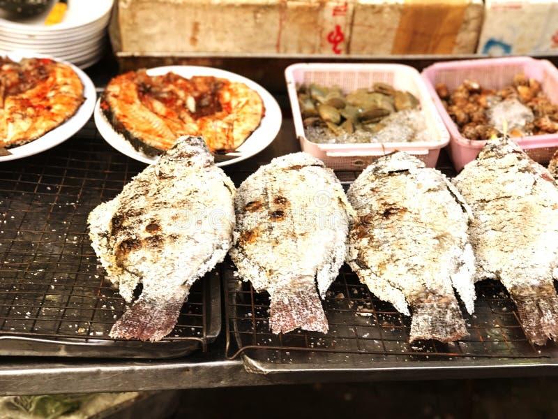Ryby grillowane to żywność świeżo solona zdjęcia royalty free