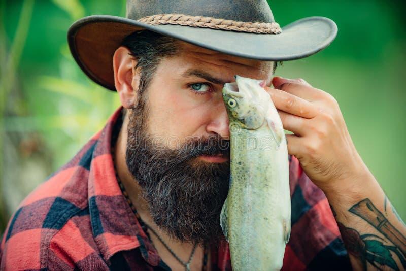 Ryby i połowu pojęcie Komarnica wędkarza mężczyzna na rzece Portret rozochocony mężczyzny połów Wędkarza portret zamknięty w górę obrazy royalty free