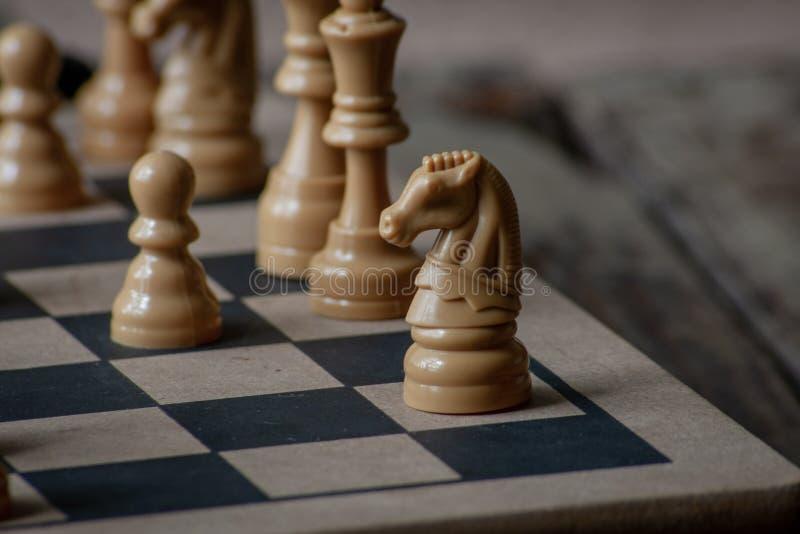 Rycerz stoi wysokiego na szachowej desce fotografia royalty free