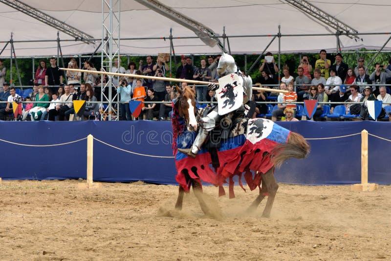 Rycerz w opancerzeniu na koniu. zdjęcie royalty free