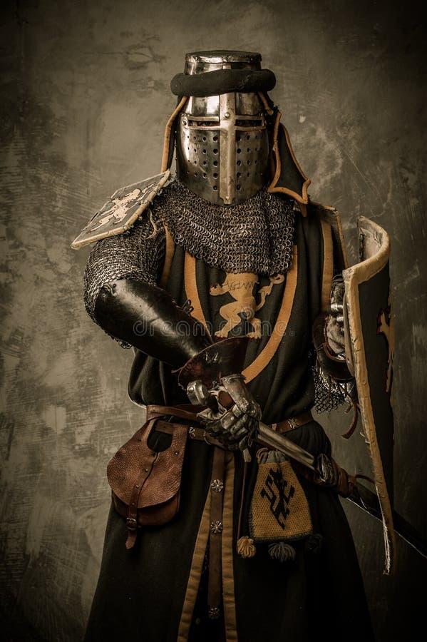 Rycerz w pełnej zbroi obrazy royalty free