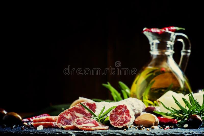 Ryckt till italiensk salami med rosmarin, kryddor, oliv och olja dar royaltyfri bild