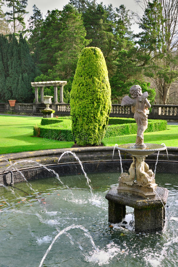 rydal engelsk formell trädgårds- korridor royaltyfri bild