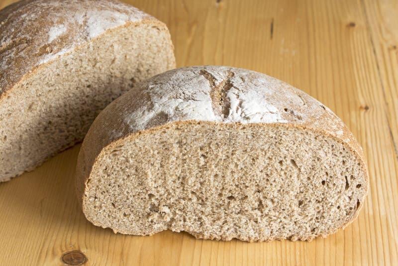 Rye-Brot auf der Plankentabelle lizenzfreie stockbilder