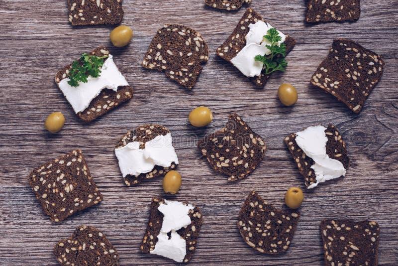 Rye-Croutons mit Käseoliven auf einem hölzernen Hintergrund Cracker mit Käse, Draufsicht stockbild