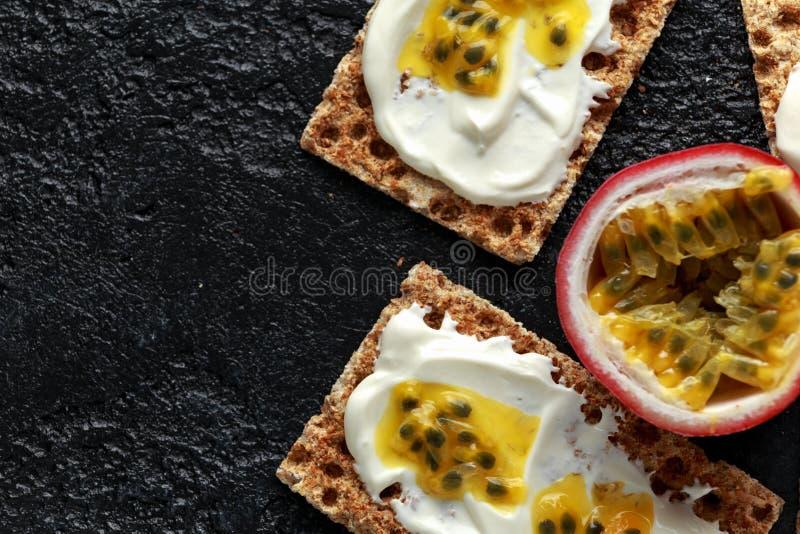 Rye pana com coalho da soja e maracuja, fruto de paixão Pequeno almoço saudável foto de stock
