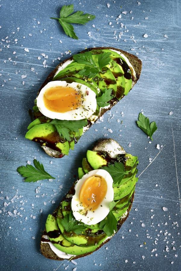 Rye röstet mit Weichkäse, Avocado und gekochtem Ei Beschneidungspfad eingeschlossen lizenzfreies stockfoto