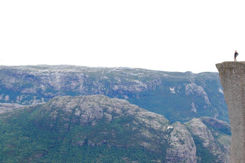 Ryfylke, Norvège - 7ème l'août, de 2018 : Une position isolée de randonneur dans le tranchant de la roche de pupitre photographie stock