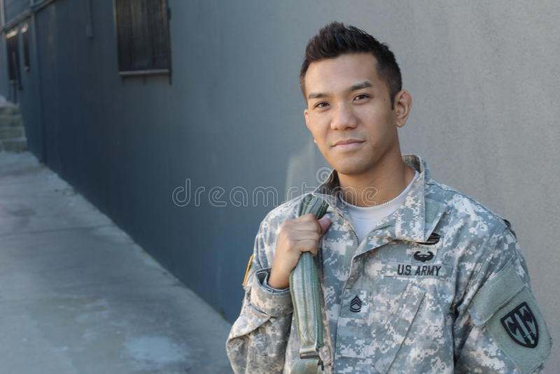 Ryggsäck för innehav för amerikansk soldat för barn etniskt tvetydig royaltyfri fotografi