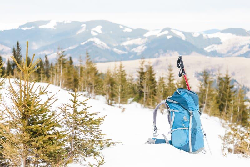 Ryggsäck på snön arkivfoto