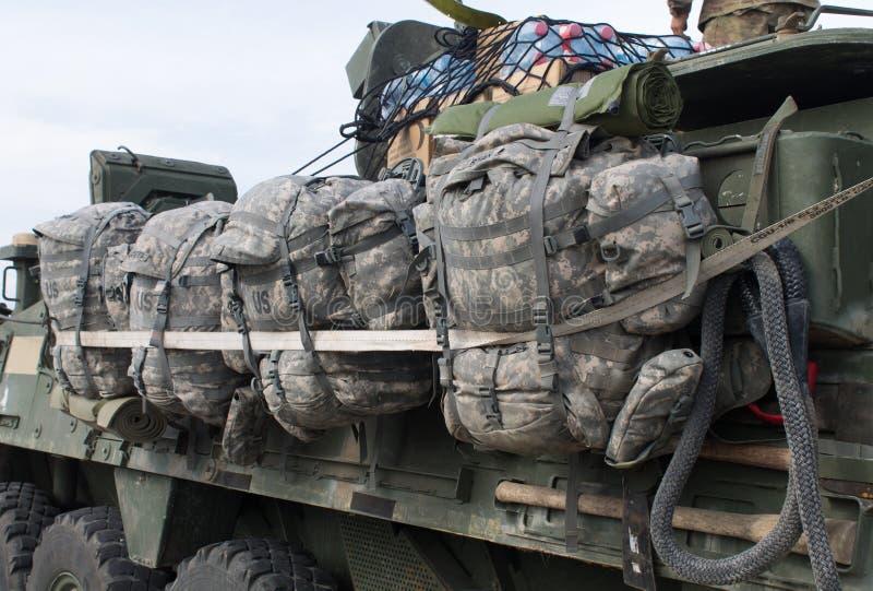 Ryggsäckar på en M1126 ICV från Nato-husvagnen royaltyfria foton