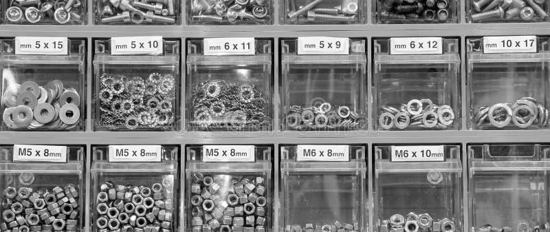 rygle i dokrętki w narzędzia sklepie zdjęcia stock