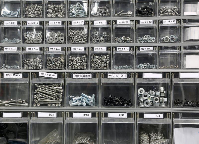 Rygle, stalowe płuczki i żelazo w narzędzia sklepie obrazy royalty free