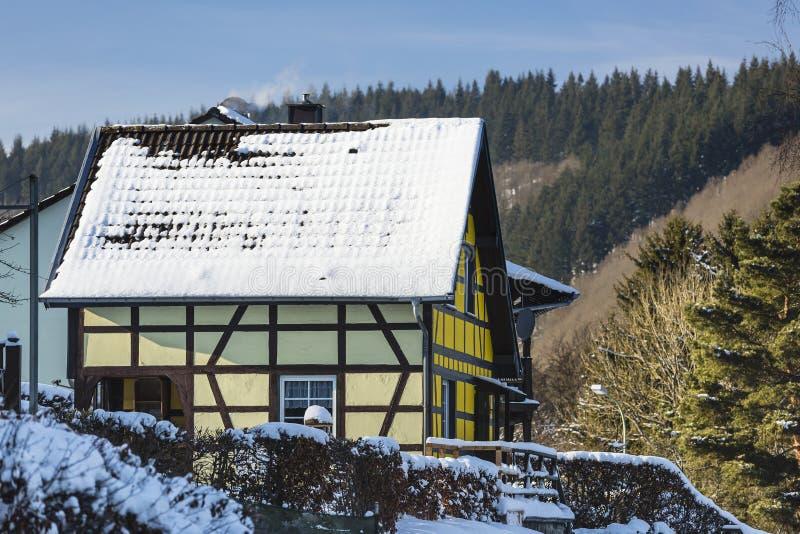 Download Ryglowy Dom W Eifel, Niemcy Zdjęcie Stock - Obraz złożonej z śnieg, przedpole: 106910862