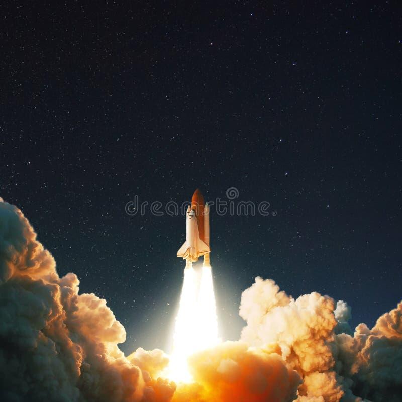 Rymdfärjaraken lanserar in i utrymme på den stjärnklara himlen royaltyfria bilder