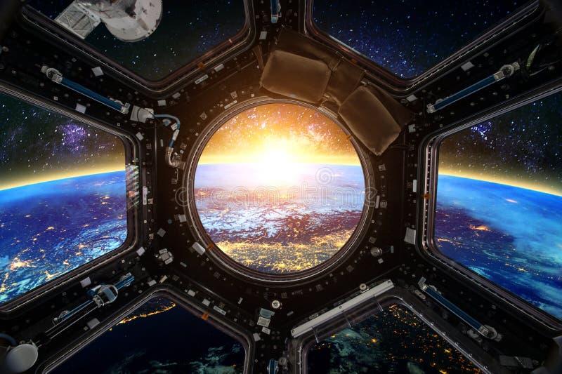 rymdskepp Beståndsdelar av denna avbildar möblerat av NASA arkivbild