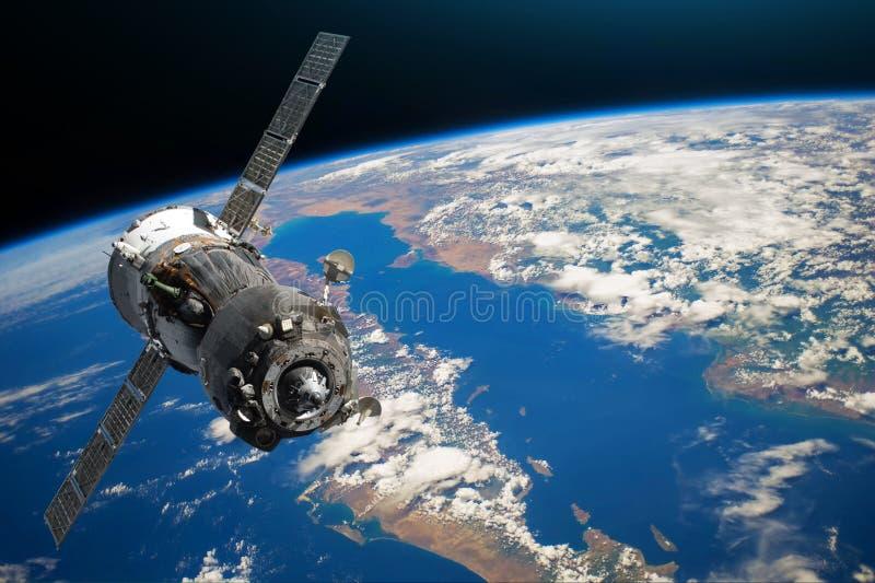 Rymdskepp som lotsas av astronaut i omloppet av planetjordland och havet, halvö Beståndsdelar av denna avbildar möblerat av NASA royaltyfria bilder