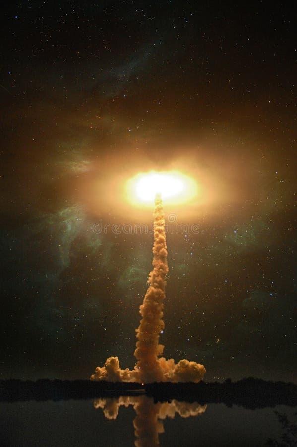 Rymdskepplansering på natten Ljus prålig explosionportal arkivfoto